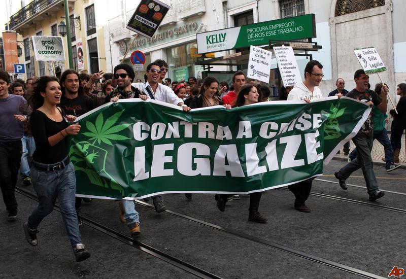 Manifestantes marchando pela legalização da Cannabis em Portugal