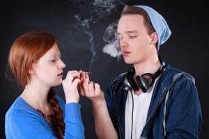 Jovens, adolescentes, filho, filha, filhos, fumando maconha